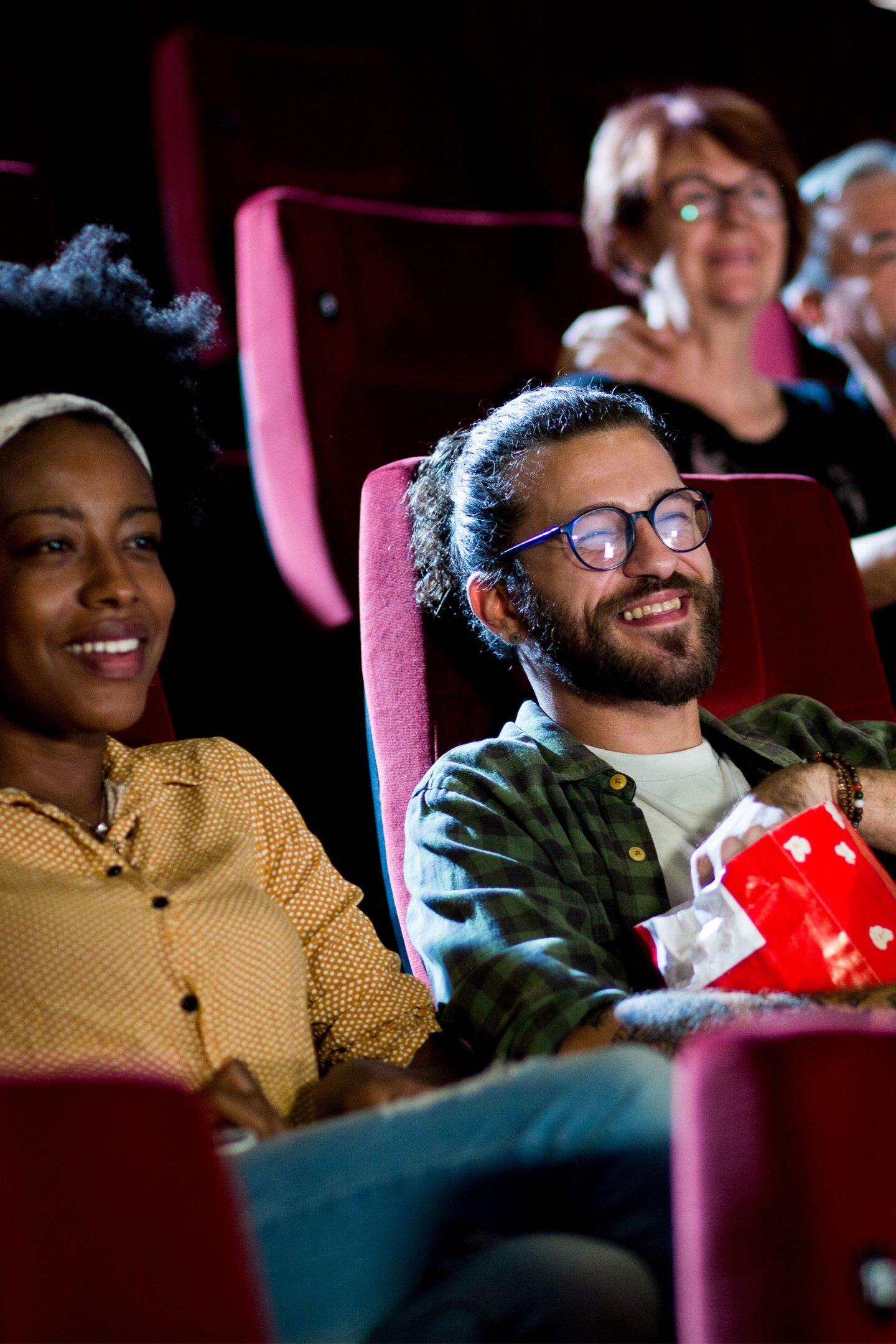 ungt par som tittar på bio