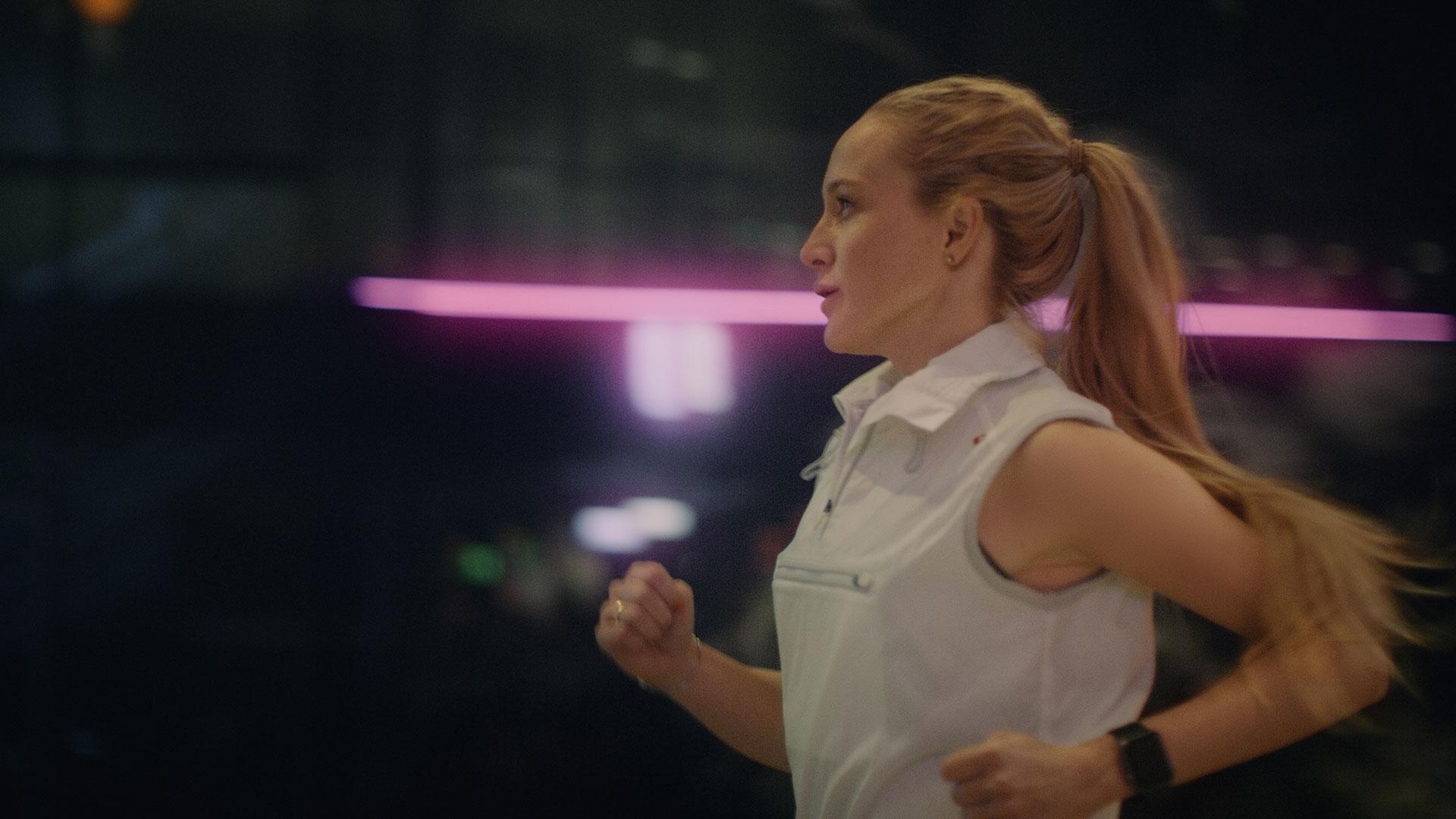 Stark kvinna joggar genom stadsdelen Victoria