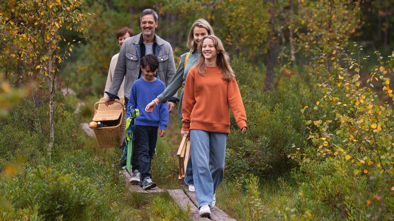 Familj på promenad genom Gömmarens naturreservat